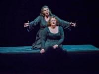 """Η μέτζο Janina Baechle (Brangäne) και η σοπράνο Violeta Urmana (Isοlde) σε σκηνή της παράστασης του """"Τριστάνου και της Ιζόλδης"""" (φωτο: Opéra national de Paris/Charles Duprato)."""