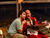 "Liparit Avetisyan (Nemorino) και Alex Esposito (Dr Dulcamara) σε σκηνή της όπερας ""To Ελιξήριο του Έρωτα""."