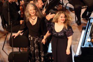 Martha Argerich και Θεοδoσία Ντόκου. Φώτο: Έλλη Πουπουλίδου.