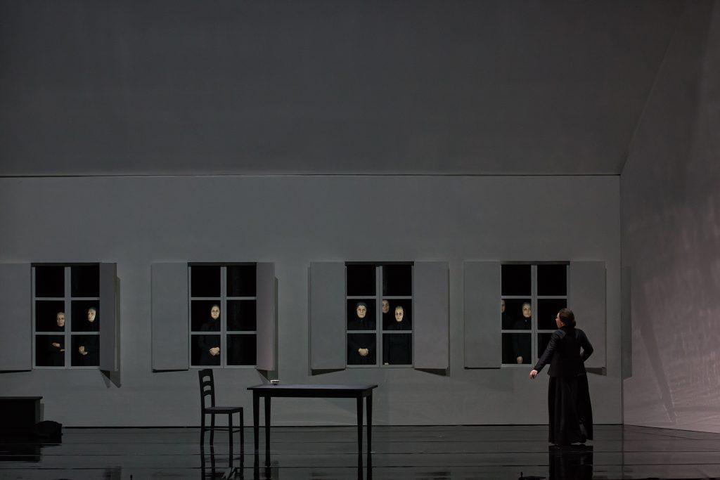 Σκηνή από την πρεμιέρα της «Jenůfa». Δεύτερη πράξη. Η Sabine Hogrefe. Φωτογραφία: Δημήτρης Σακαλάκης.
