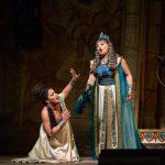 Οι Anna Netrebko (Aida) και Anita Rachvelishvili (Amneris). Φωτο: Marty Sohl/Met Opera.