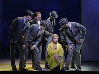 O  Christopher Maltman (Mark Rutland) και η Isabele Leonard (Marnie), ανάμεσα στους αινιγματικούς κυρίους. Φωτο: Ken Howard/ Met Opera.