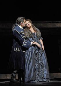 Ο Piotr Beczała ως Maurizio και η Anna Netrebko ως Adriana Lecouvreur. Φωτο: Ken Howard / Met Opera