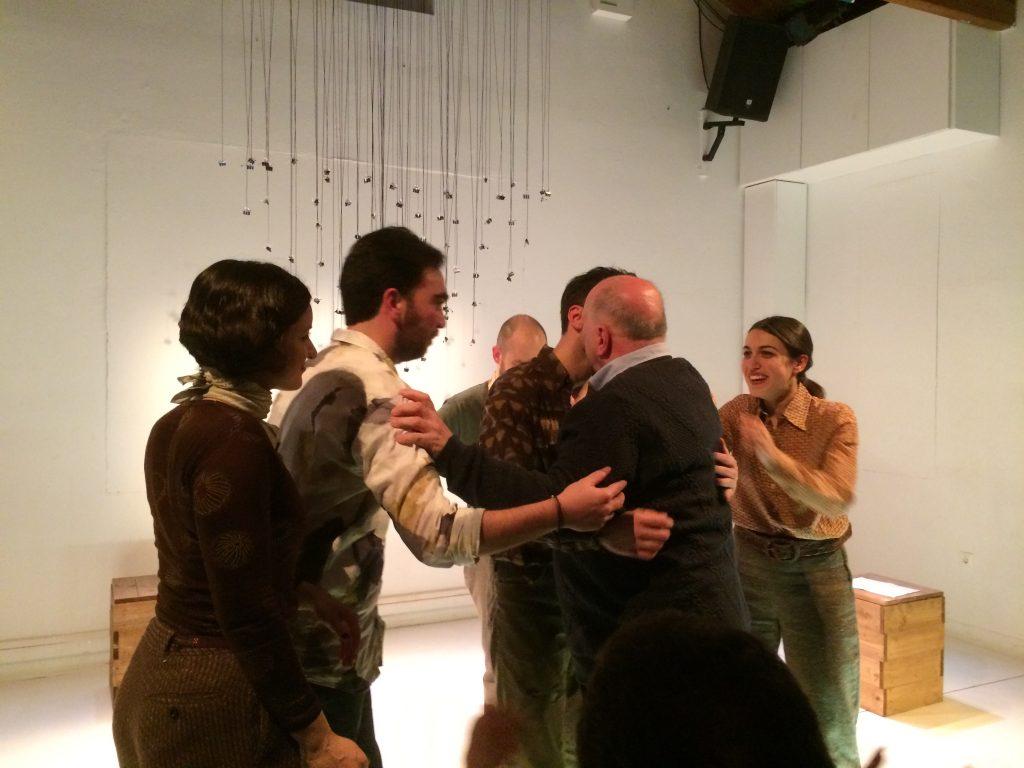 Συγκινητικές στιγμές στο τέλος της παράστασης. Ο David Plant αγκαλιάζει τους συντελεστές της παράστασης. Φωτο: ΚΠΚΣ.