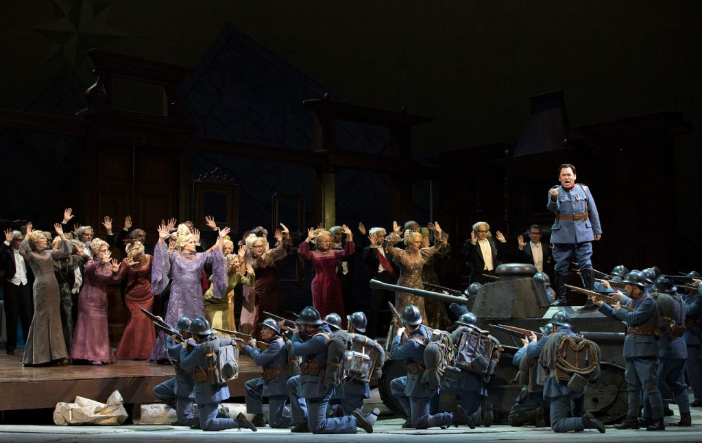 """Σκηνή από τη Δεύτερη Πράξη της όπερας """"Η Κόρη του Συντάγματος"""". Φωτο: Marty Sohl / Met Opera."""