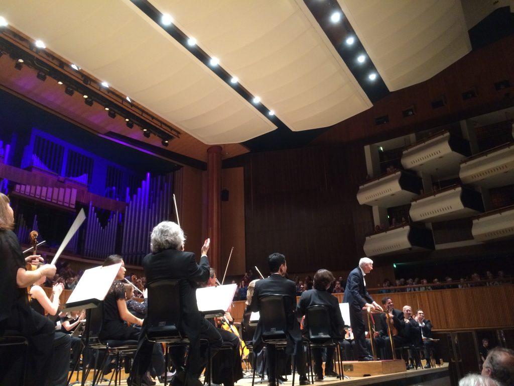 Χειροκροτήματα στο τέλος της συναυλίας για τον Blomstedt και την Philharmonia.