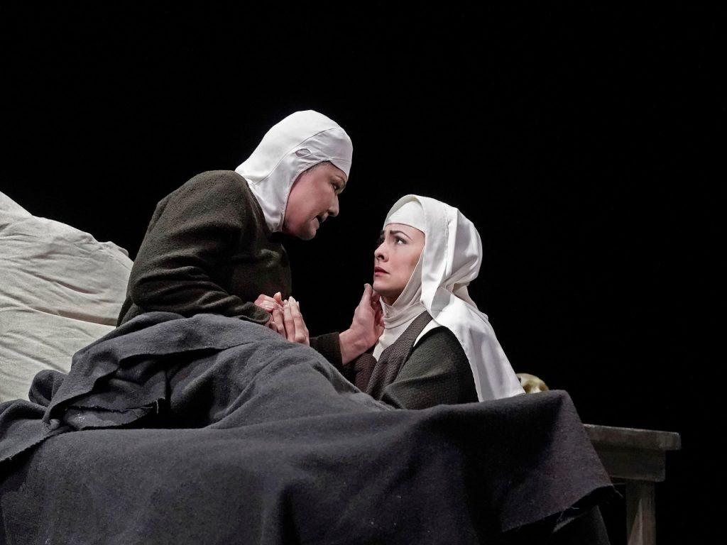 Karita Mattila (Mme de Croissy) και Isabel Leonard (Blanche). Φωτο: Ken Howard/ Met Opera.