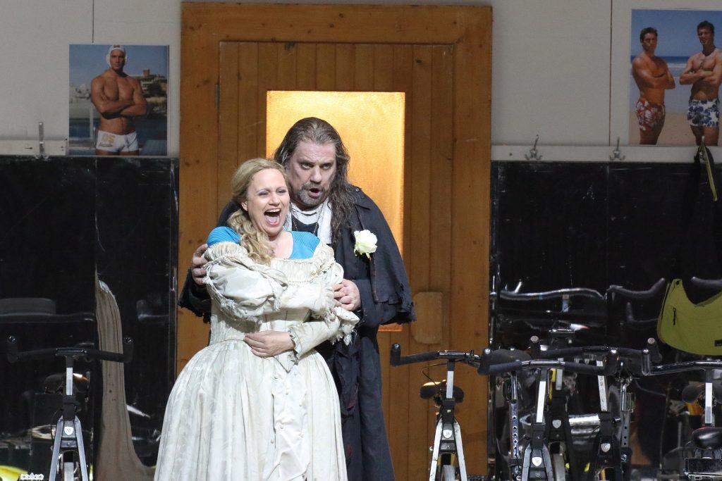 Anja Kampe (Senta) και Sir Byrn Terfel (Ολλανδός). Φωτο: Wilfried Hösl.