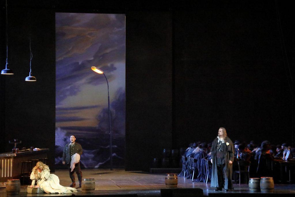 """Σκηνή από την παράσταση του """"Ιπτάμενου Ολλανδού"""". Φωτο: Wilfried Hösl."""