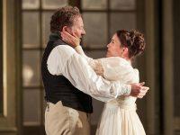 """Ο Christian Gerhaher ως Figaro και η Joelle Harvey ως Susanna στη παράσταση των """"Γάμων του Figaro"""" του Mozart. Βασιλική Όπερα. Φωτο: Mark Douet."""