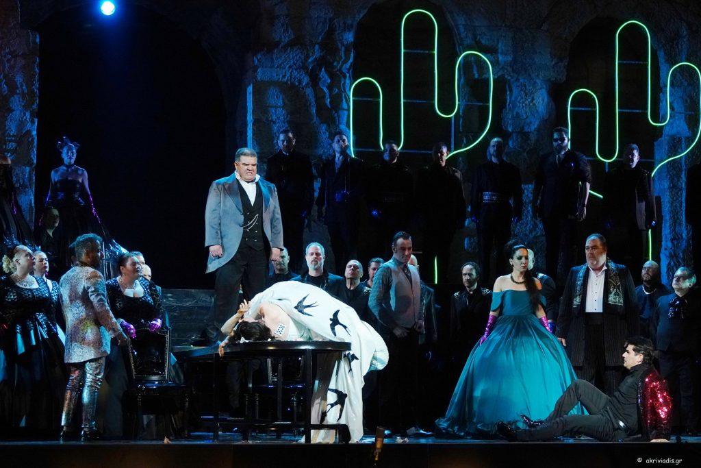 """Σκηνή από την """"Traviata"""". Φωτο: Χάρης Ακριβιάδης."""
