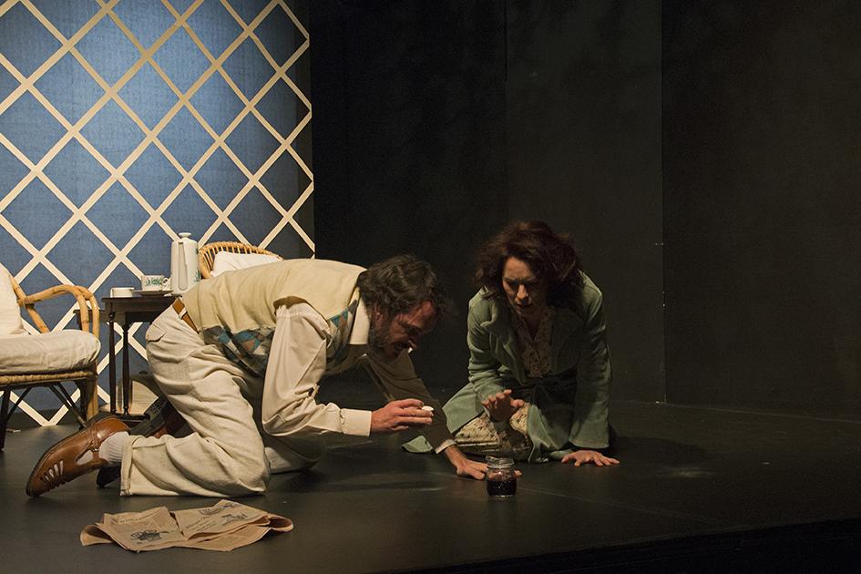 """Σκηνή από το έργο """"Ένας ανεπαίσθητος πόνος"""" του Harold Pinter. Φωτο: Χρήστος Καλαϊτζής."""