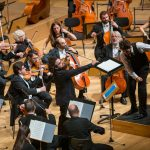 Ο Έκτωρας Ταρτανής διευθύνει την ΚΟΑ. Σολίστ ο Ιόνιαν Ηλίας Καντέσα. Φωτο: Μαρία Γραμματικού/ Κρατική Ορχήστρα Αθηνών.