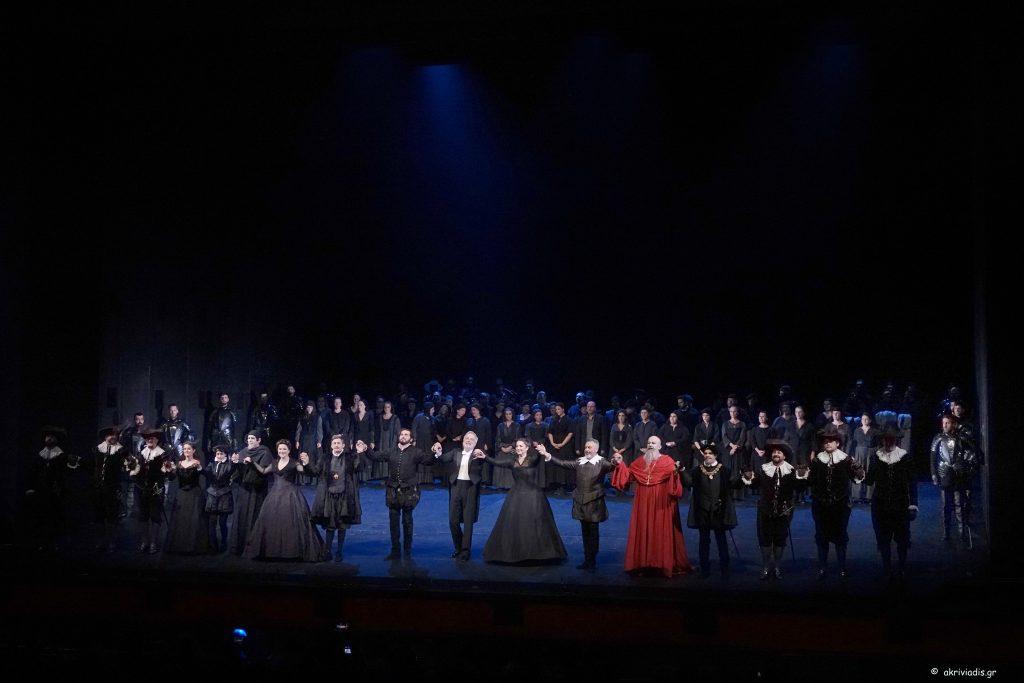 """Στο τέλος της πρεμιέρας του """"Don Carlo"""" οι συντελεστές δέχονται τα ενθουσιώδη χειροκροτήματα του κοινού. Φωτο: Χ. Ακριβιάδης."""