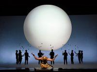 """Σκηνή από την όπερα """"Akhnaten."""" του Glass. Φωτο: Karen Almond / Met Opera."""