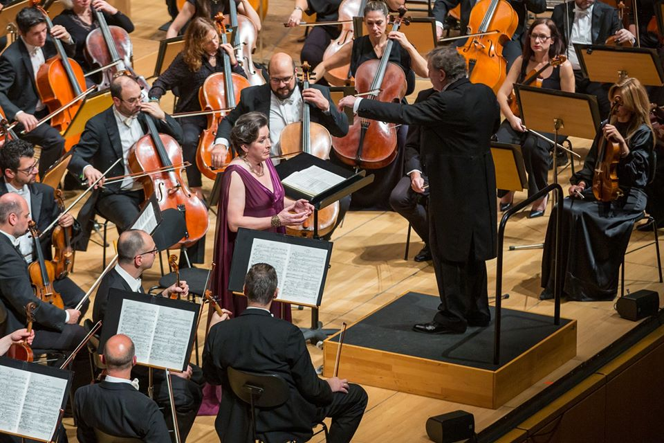 Ο αρχιμουσικό Uroš Lajovic διευθύνει την Κρατική Ορχήστρα Αθηνών. Σολίστ η μεσόφωνος Lilli Paasikivi (φωτο: Μαρία Γραμματικού).