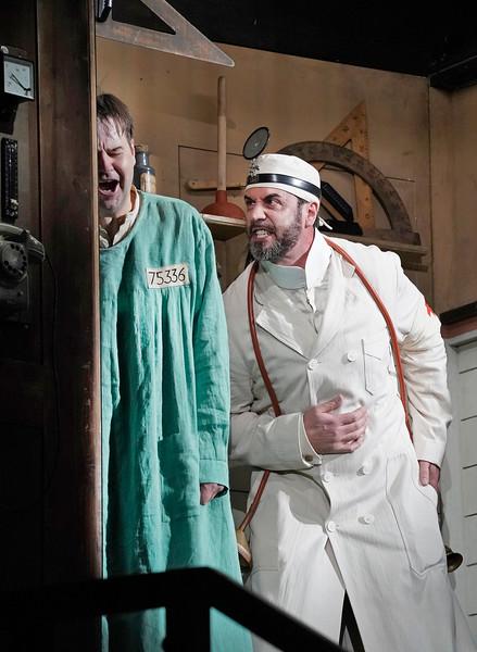 Peter Mattei (Wozzeck) και Christian Van Horn (Γιατρός). Φωτο: Ken Howard / Met Opera.