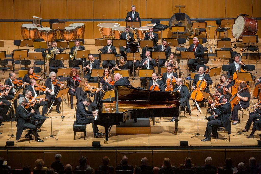 Ο Βασίλης Βαρβαρέσος ερμηνεύει το σολιστικό μέρος του Κοντσέρτου αρ. 5 για πιάνο του Ludwig van Beethoven. Την ΚΟΑ διευθύνει ο Christoph Eschenbach. Φωτο: Μαρία Γραμματικού.