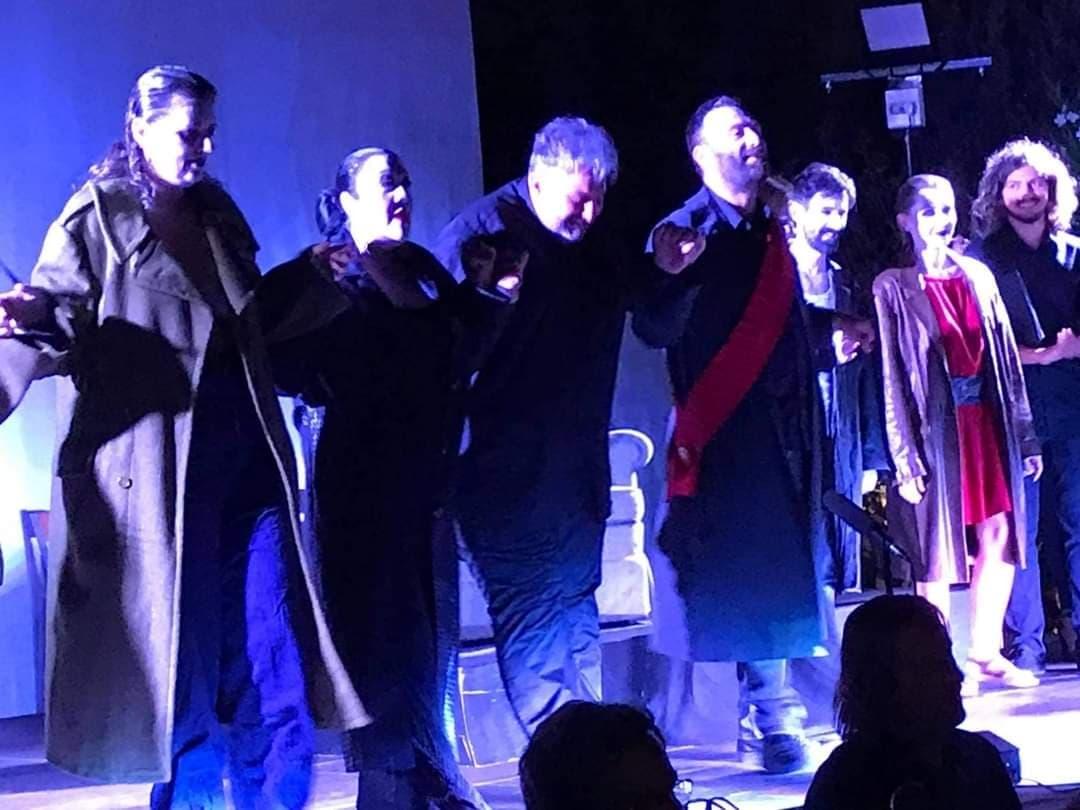 Τραγουδιστές και μαέστρος ευχαριστούν το κοινό στο τέλος της παράστασης. Φωτο: Αγγελική Παππά.