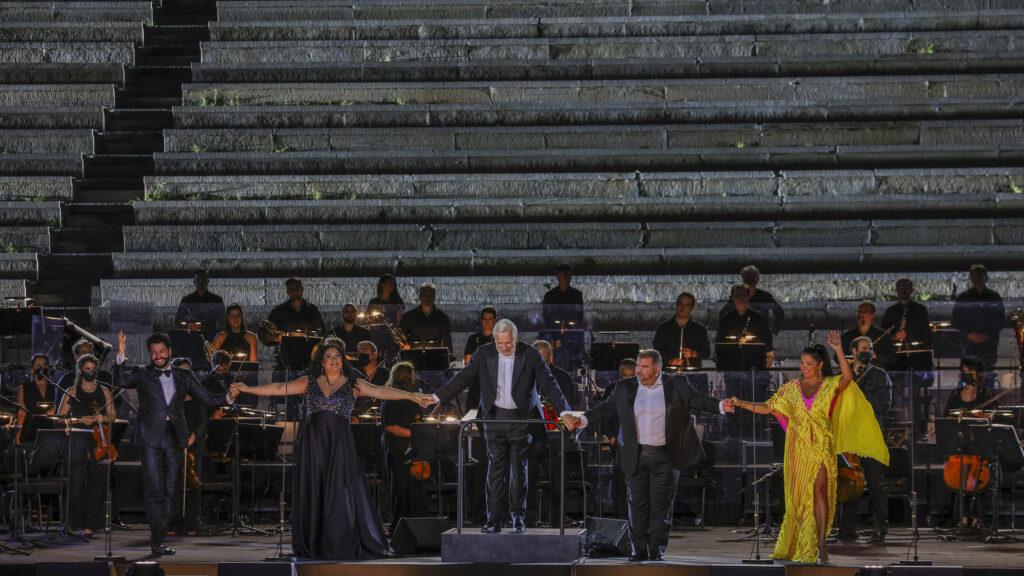 Υπόκλιση των καλλιτεχνών στο τέλος του Gala. Eyvazov, Rachvelishvili, Auguin, Πλατανιάς και Netrebko (φωτο Α. Σιμόπουλος).